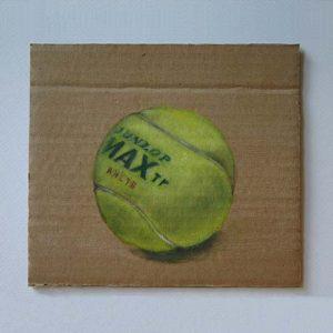 Stilleven 'Tennisbal op karton' door Hanny de Beer